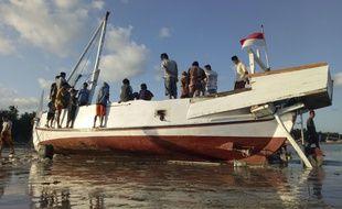 Le bateau aurait chaviré après avoir été frappé par une grosse vague.