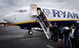 Des passagers qui embarquent dans un appareil Ryanair à l'aéroport de Beauvais.