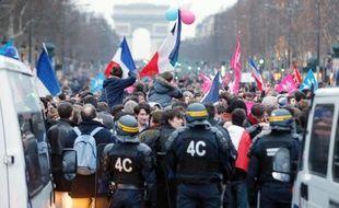 La police face à des manifestants opposés à la loi sur le mariage homosexuel, le 24 mars 2013 sur les Champs Elysées à Paris