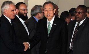Le secrétaire général de l'ONU Ban Ki-moon (c) à son arrivée à Tripoli le 11 octobre 2014