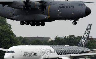 Un airbus A400M atterit à l'aéroport du Bourget alors qu'un airbus A350 XWB s'apprête à décoller, le 15 juin à l'ouverture du salon du Bourget, près de Paris