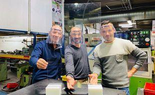 Adrien Sfecci (au centre) s'est mis à produire des protections en plexiglas