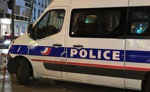 Illustration d'un véhicule de police lors d'un contrôle de nuit.