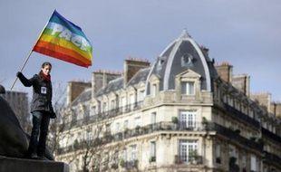 """Le gouvernement et des responsables politiques de gauche ont condamné dimanche une nouvelle action contre le mariage homosexuel dans la nuit de samedi à dimanche sur la devanture de l'espace des Blancs-Manteaux à Paris, où l'Inter-LGBT (Lesbiennes, Gay, Bi, Trans) organise """"Le printemps des assoces"""", et deux plaintes ont été déposées."""