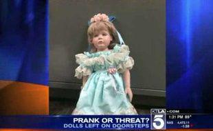 Capture d'écran d'une vidéo de KTLA montrant l'une des poupées en porcelaine déposées chez des petites filles de la ville de San Clemente, en Californie.