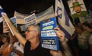 Des milliers d'Israéliens ont manifesté samedi soir à Tel-Aviv pour réclamer un service militaire pour tous, y compris pour les juifs ultra-orthodoxes qui en sont exemptés, une question qui divise la coalition gouvernementale de Benjamin Netanyahu