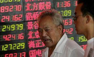 Un investisseur consulte la liste des valeurs cotées à la Bourse de Shanghai en août 2007