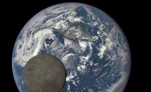 La Terre et la Lune vue de l'espace.