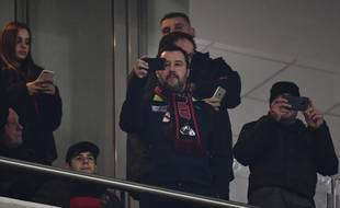 Matteo Salvini en tribunes lors du match Olympiakos-AC Milan.