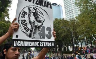 Des proches des 43 étudiants mexicains disparus à Iguala manifestent à Mexico, le 26 septembre 2015, un an après leur disparition