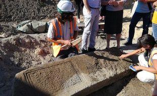 Les archéologues d'Antea ont mis au jour deux belles stèles de légionnaires romains dans le cadre des fouilles préventives avant le chantier de l'extension du tram F à Strasbourg.