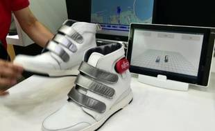 Des chaussures d'analyse de marche développées par Fujitsu sont exposées au salon du Ceatec près de Tokyo, le 7 octobre 2015