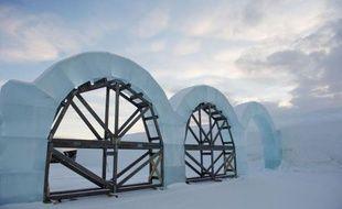 A Jukkasjärvi, un petit village de Laponie suédoise au nord du cercle polaire, une vingtaine d'ouvriers en épaisses parkas s'affairent autour d'un étrange chantier: un hôtel de glace qui disparaîtra au printemps, emporté par le dégel.