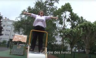 """La vidéo de cette enseignante  en train de chanter """"Libérée des livrets"""", une parodie de la chanson de La reine des neige, cartonne avec plus d'un million de vues sur le web."""
