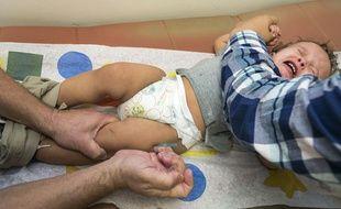 Un bébé se fait vacciner.