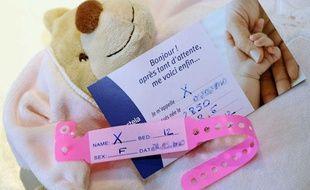Photo d'illustration: un bracelet de naissance sans prénom dans une maternité.