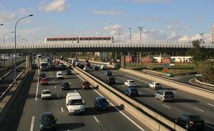 circulation automobile. metro toulousain passant sur un sur la rocade de Toulouse. avion dans un ciel bleu.