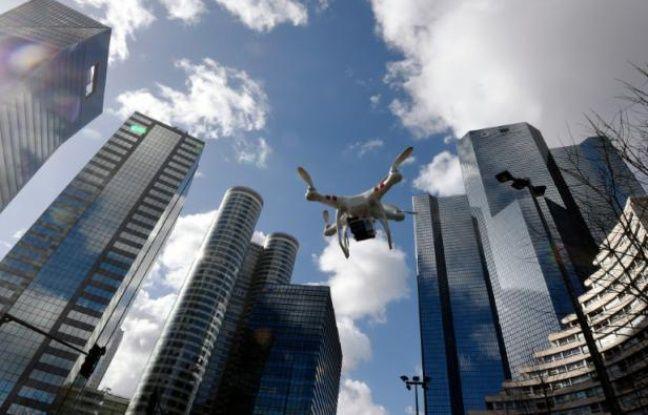 Un drone vole à La Défense à Paris, le 27 février 2015