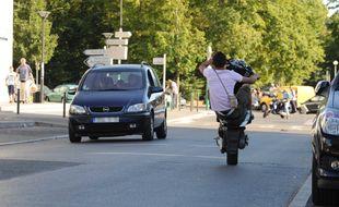 Un jeune à scooter lors d'un rodéo sur la voir publique. (Illustration)