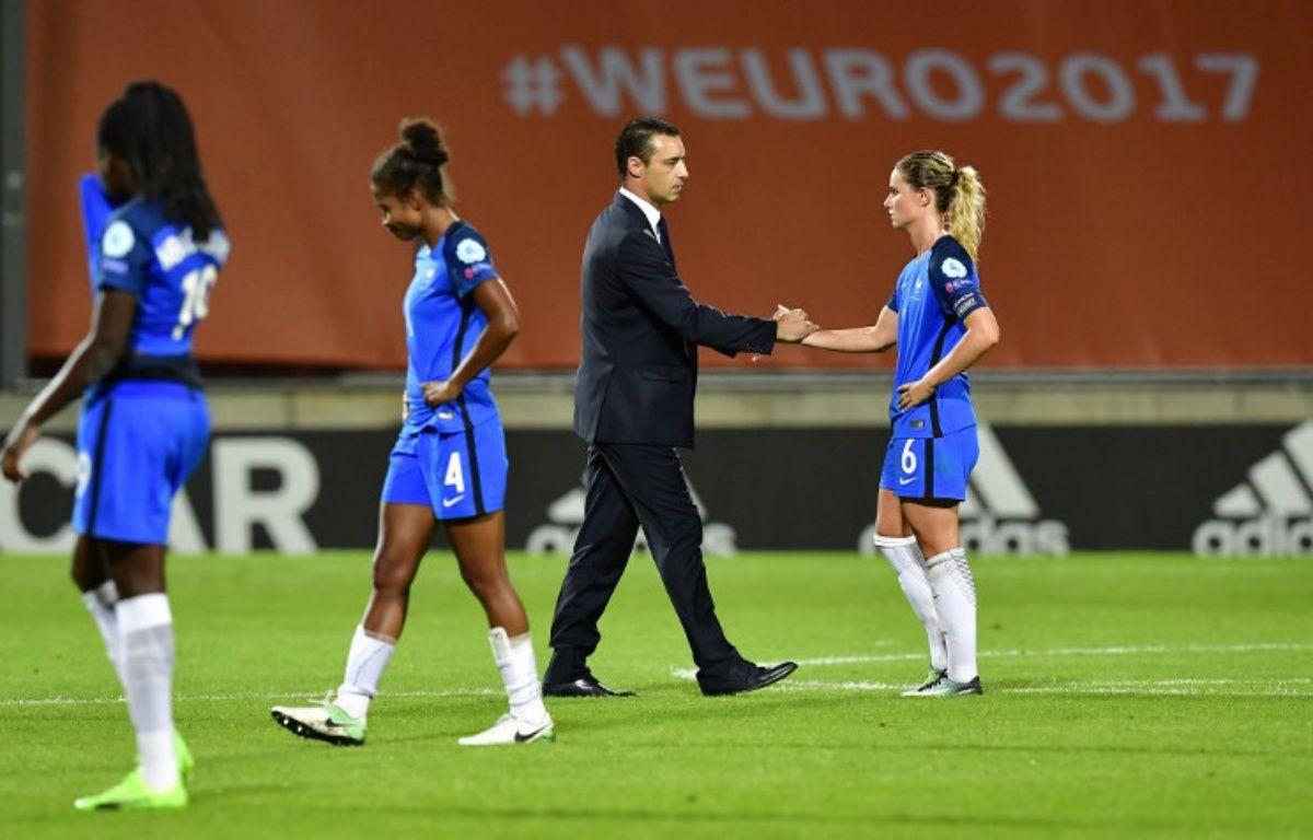 Le sélectionneur Olivier Echouafni et les joueuses de l'équipe de France après l''élimination en quarts de finale de l'Euro, le 30 juillet 2017.  – TOBIAS SCHWARZ / AFP