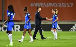 Le sélectionneur Olivier Echouafni et les joueuses de l'équipe de France après l''élimination en quarts de finale de l'Euro, le 30 juillet 2017.