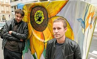 Max et Martin métamorphosent le mobilier urbain avec l'aide des riverains.