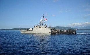 Le patrouilleur de la marine indonésienne KRI Singa (651) quittant la base navale de Banyuwangi, samedi 24 avril 2021.