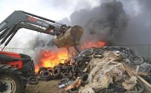 Un feu allumé par des agriculteurs devant l'usine Lactalis de Laval, le 27 juillet 2015.