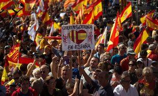 Des centaines de manifestants ont défilé dans les rues de Barcelone ce dimanche contre l'indépendance de la Catalogne.
