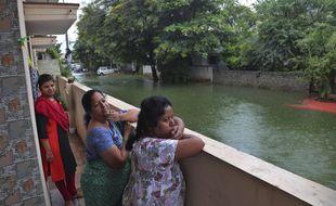 Des habitants regardent l'eau qui envahit les rues à Hyderabad (Inde), le 20 août 2020.
