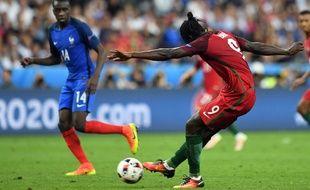 L'attaquant du Portugal Eder marque contre la France en finale de l'Euro 2016, le 10 juillet 2016.