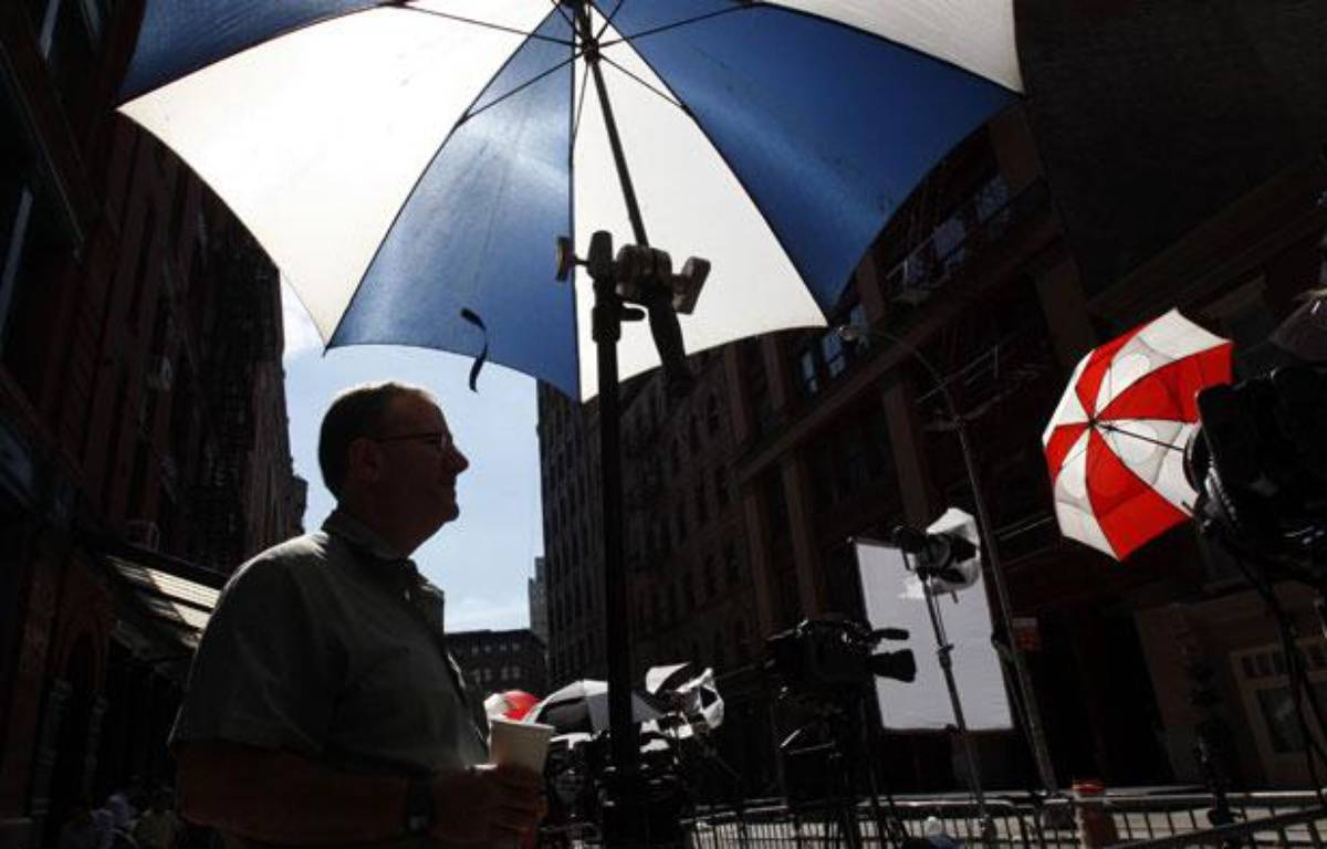 Les médias patiententdevant l'appartement de l'ancien chef du FMI, Dominique Strauss-Kahn, le 2 juillet 2011 à New York. – J. Rinaldi/AFP PHOTO