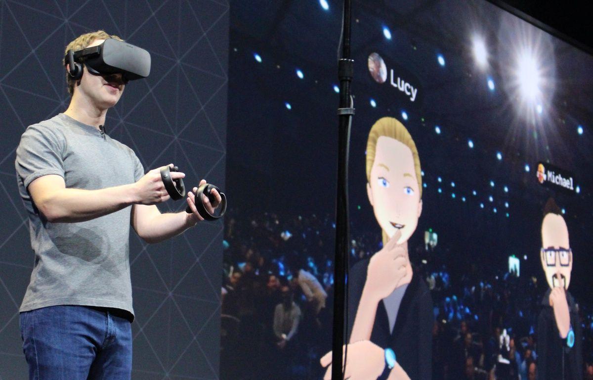 Le patron de Facebook, Mark Zuckerberg, fait une démonstration des manettes Oculus Touch, en octobre 2016. – Glenn CHAPMAN / AFP