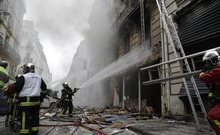 Emergency workers and firefighters intervene after the explosion of a bakery on the corner of the streets Saint-Cecile and Rue de Trevise in central Paris on January 12, 2019. (Photo by Thomas SAMSON / AFP)