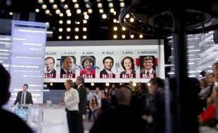 Internet est devenu le troisième média référent des Français pour s'informer quotidiennement sur la politique, derrière la télévision et la radio mais devant la presse écrite, selon une étude publiée mercredi.