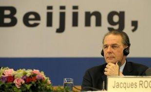 Le Comité international olympique (CIO), pris dans la tourmente du parcours de la flamme olympique, a rappelé jeudi à la Chine ses promesses d'améliorer les droits de l'Homme avant les JO, s'attirant une réplique immédiate de Pékin.