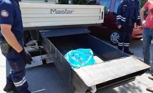 Le caisson caché retrouvé dans le camion