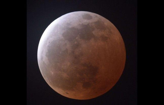 Une clipse totale de Lune observe depuis le Japon, le 4 avril 2015.