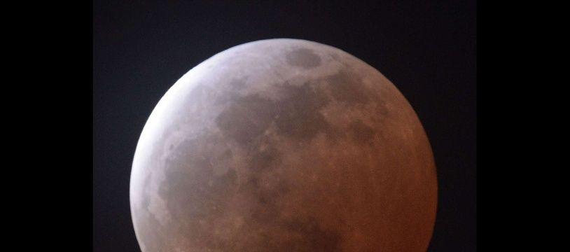 Une éclipse totale de Lune observée depuis le Japon, le 4 avril 2015.