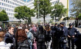 Des officiers de police patrouillent aux abords de la Maison des examens d'Arcueil, ce vendredi 11 mai, où devait se tenir des partiels délocalisés de l'université de Nanterre.