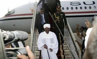 Le président soudanais Omar el-Béchir arrive à Karthoum le 15 juin 2015 venant de Johannesbourg