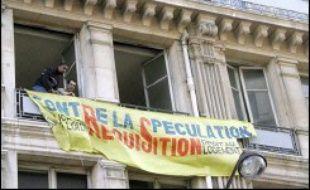 """Le """"ministère de la Crise du logement"""", installé par trois associations dans un immeuble squatté de la rue de la Banque à Paris (IIe), ouvrira au public le jeudi 11 janvier, a-t-on appris auprès d'une de ces associations."""