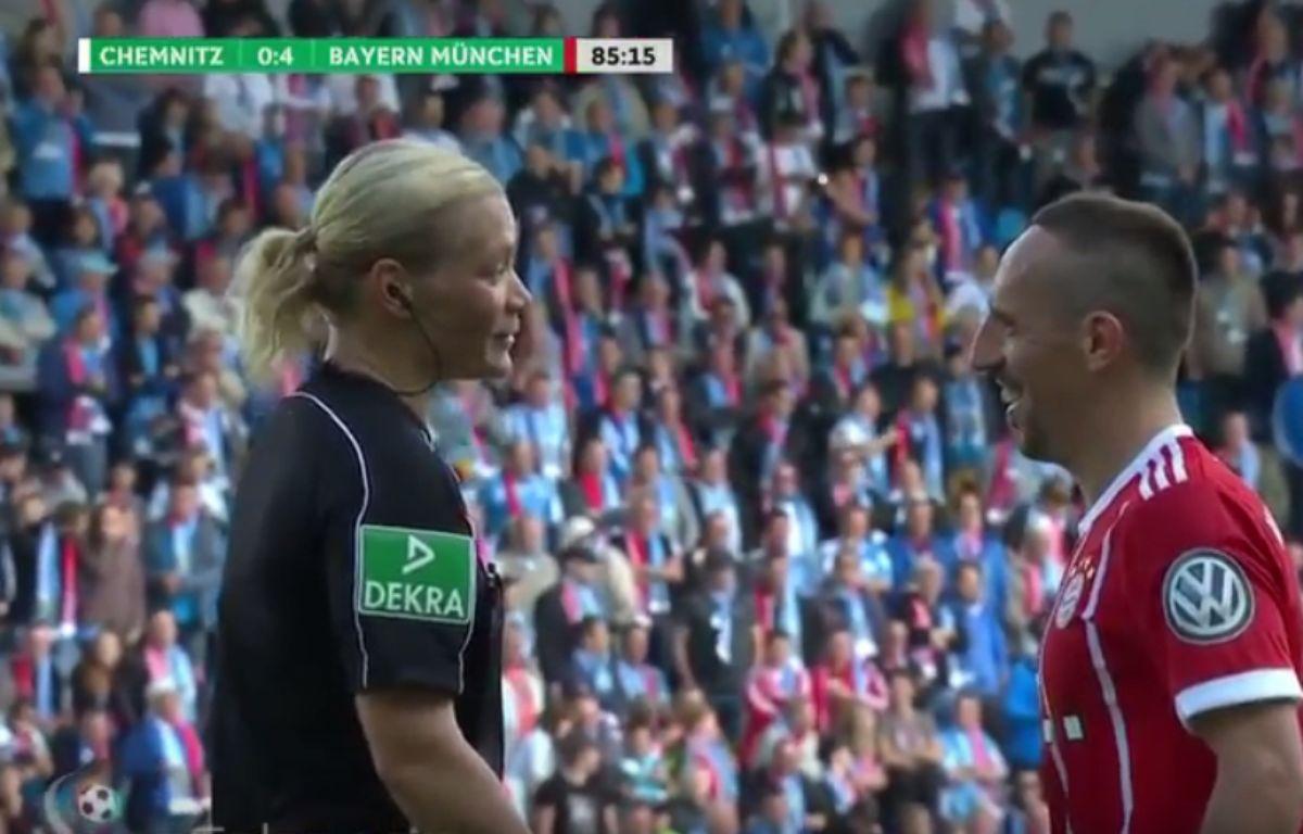 Ribéry débriefe sa blagounette avec l'arbitre, sa cible du jour. – Capture d'écran Youtube