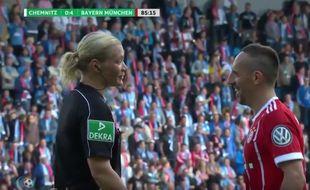 Ribéry débriefe sa blagounette avec l'arbitre, sa cible du jour.