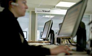 Une personne fait des recherches sur un ordinateur, le 30 avril 2009 dans une agence Pôle emploi de Dijon