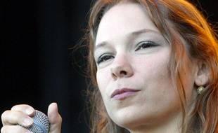 La chanteuse américano-mexicaine Lhasa de Sela le 24 juillet 2004 sur la scène du Festival des Vieilles Charrues à Carhaix, lors la 13e édition du festival.