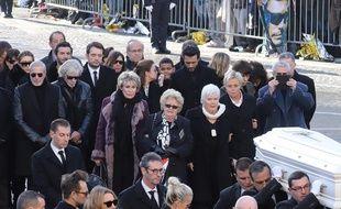 Elyette Boudou, la grand-mère de Laeticia Hallyday (au centre de la photo) lors des obsèques du rockeur, le 9 décembre 2017 à Paris.