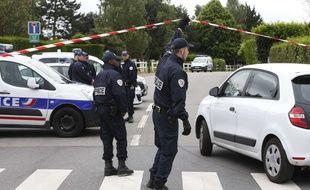 Les policiers travaillent sur la scène du crime, à Magnanville