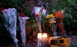 Un autel improvisé pour rendre hommage à Michael Jackson, devant l'hôpital de UCLA à Los Angeles, le 25 juin 2009