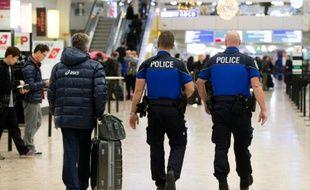 Des policiers patrouillent à l'aéroport de Genève le 10 décembre 2015
